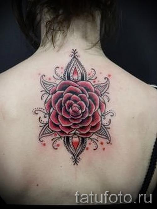 Достойный вариант наколки камелия на фото для материала про толкование рисунка цветка камелии в татуировке