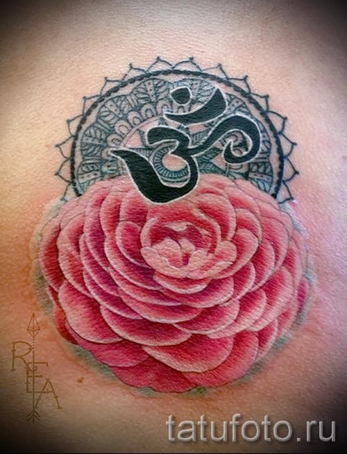 Интересный вариант татутатуировки камелия на фотографии для публикации про смысл рисунка цветка камелии в татуировке