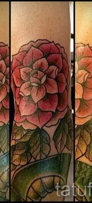 Прикольный вариант наколки камелия на фотографии для заметки про толкование рисунка цветка камелии в татуировке