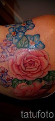 Достойный вариант наколки камелия на фотографии для материала про смысл рисунка цветка камелии в татуировке