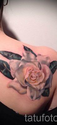 Прикольный вариант татутатуировки камелия на фотографии для публикации про значение рисунка цветка камелии в татуировке