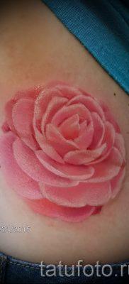 Интересный вариант наколки камелия на фотографии для материала про значение рисунка цветка камелии в тату