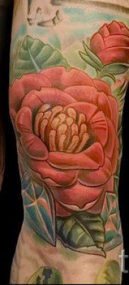 Интересный вариант наколки камелия на фото для публикации про смысл рисунка цветка камелии в татуировке