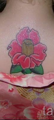 Интересный вариант татутатуировки камелия на фотографии для заметки про значение рисунка цветка камелии в татуировке