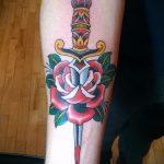 Уникальный вариант существующей наколки кинжал и роза – рисунок подойдет для тату кинжал и роза алая