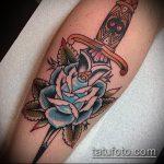 Крутой пример готовой наколки кинжал и роза – рисунок подойдет для тату кинжал и роза алая