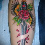 Крутой вариант нанесенной тату кинжал и роза – рисунок подойдет для тату кинжал и роза алая