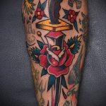 Классный пример нанесенной наколки кинжал и роза – рисунок подойдет для тату кинжал и роза и череп