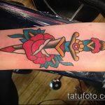 Оригинальный вариант выполненной татуировки кинжал и роза – рисунок подойдет для тату кинжал и роза алая