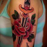 Зачетный вариант выполненной наколки кинжал и роза – рисунок подойдет для тату кинжал и роза алая