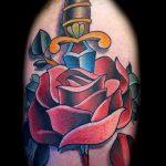 Оригинальный вариант готовой татуировки кинжал и роза – рисунок подойдет для тату кинжал и роза алая