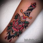 Классный вариант выполненной наколки кинжал и роза – рисунок подойдет для тату кинжал и роза алая