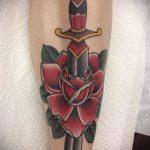 Уникальный вариант выполненной тату кинжал и роза – рисунок подойдет для тату кинжал и роза алая