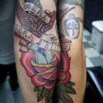 Крутой пример существующей наколки кинжал и роза – рисунок подойдет для тату кинжал и роза белая