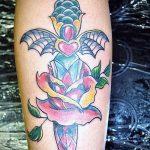 Прикольный вариант нанесенной татуировки кинжал и роза – рисунок подойдет для тату кинжал и роза белая