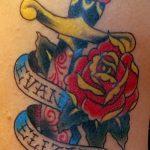 Оригинальный пример нанесенной татуировки кинжал и роза – рисунок подойдет для тату кинжал и роза и череп