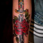 Зачетный пример нанесенной наколки кинжал и роза – рисунок подойдет для тату кинжал и роза белая