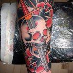 Уникальный вариант выполненной татуировки кинжал и роза – рисунок подойдет для тату кинжал и роза белая