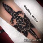 Уникальный вариант нанесенной наколки кинжал и роза – рисунок подойдет для тату кинжал и роза белая