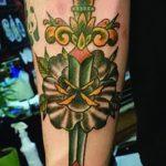 Классный вариант нанесенной наколки кинжал и роза – рисунок подойдет для тату кинжал и роза алая