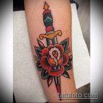 Зачетный вариант нанесенной татуировки кинжал и роза – рисунок подойдет для тату кинжал и роза алая