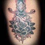 Оригинальный пример существующей тату кинжал и роза – рисунок подойдет для тату кинжал и роза белая