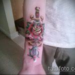 Прикольный вариант нанесенной тату кинжал и роза – рисунок подойдет для тату кинжал и роза белая
