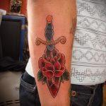 Оригинальный пример выполненной наколки кинжал и роза – рисунок подойдет для тату кинжал и роза и череп