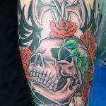 Крутой вариант нанесенной наколки кинжал и роза – рисунок подойдет для тату кинжал и роза алая