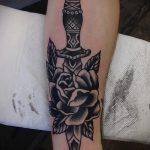 Уникальный вариант выполненной наколки кинжал и роза – рисунок подойдет для тату кинжал и роза белая