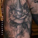 Уникальный вариант нанесенной наколки кинжал и роза – рисунок подойдет для тату кинжал и роза и череп