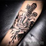 Прикольный вариант существующей наколки кинжал и роза – рисунок подойдет для тату кинжал и роза белая