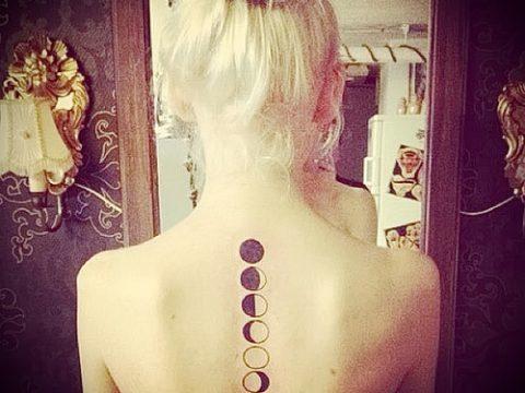 Оригинальный пример нанесенной татуировки круг – рисунок подойдет для тату надпись кругу