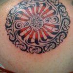 Крутой пример выполненной татуировки круг – рисунок подойдет для тату дерево в круге