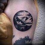 Классный вариант выполненной тату круг – рисунок подойдет для тату круг на груди