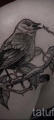 Классный вариант идеи татуировки снегирь в готовой тату на фотографии – для заметки про значение тату снегирь