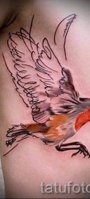 Крутой вариант идеи тату снегирь в готовой татуировке на фотографии – для заметки про толкование тату снегирь