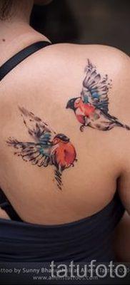 Необычный вариант идеи тату снегирь в готовой тату на фотографии – для статьи про значение тату снегирь