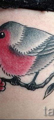 Крутой вариант идеи татуировки снегирь в готовой тату на фотографии – для поста про значение тату снегирь