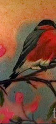 Эксклюзивный вариант идеи наколки снегирь в готовой татуировке на фото – для материала про толкование тату снегирь