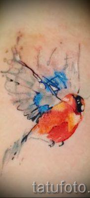 Необычный вариант идеи татуировки снегирь в готовой татухе на фотографии – для материала про значение тату снегирь