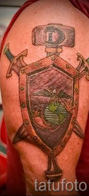 Фото крутой татуировки щит и меч для заметки про толкование тату щит с мечем