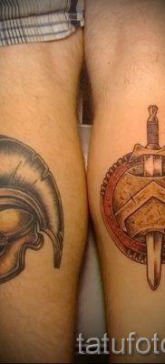 Фото крутой тату щит и меч для материала про значение тату щит с мечем