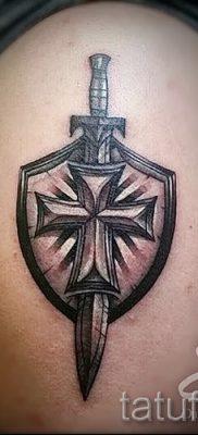 Фотография удачной наколки щит и меч для материала про толкование тату щит с мечем