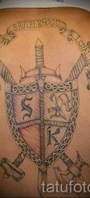 Фото удачной тату щит и меч для материала про смысл тату щит с мечем