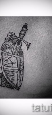 Фотография крутой татуировки щит и меч для публикации про толкование тату щит с мечем