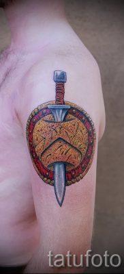 Фото удачной наколки щит и меч для публикации про толкование тату щит с мечем