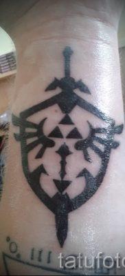Рисунок крутой татуировки щит и меч для публикации про толкование тату щит с мечем