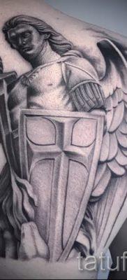 Фотография интересной наколки щит и меч для публикации про толкование тату щит с мечем