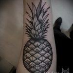 Уникальный пример существующей татуировки ананас – рисунок подойдет для тату ананас на бедре